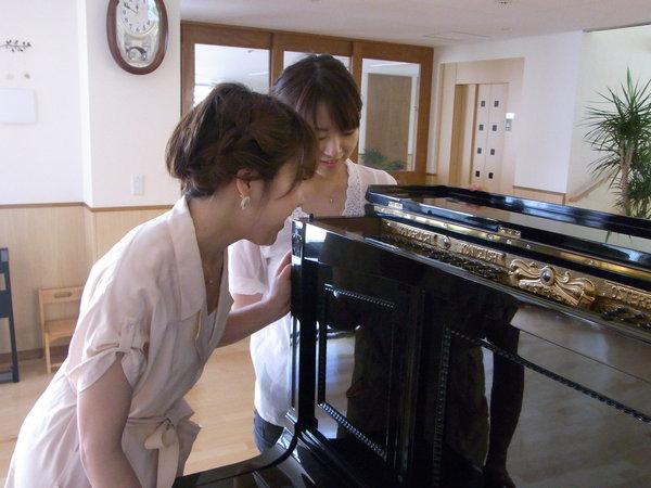 珍しいピアノに興味津々のピアニストふたり☆